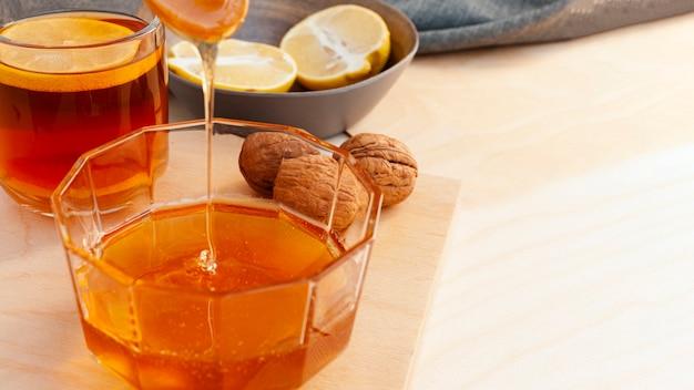 ガラスに注ぐクローズアップ蜂蜜