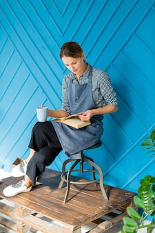 Красивая дама читает книгу
