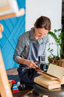 Творческая женщина с ретро-камерой