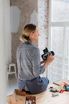 Задний снимок художника с ретро-камерой