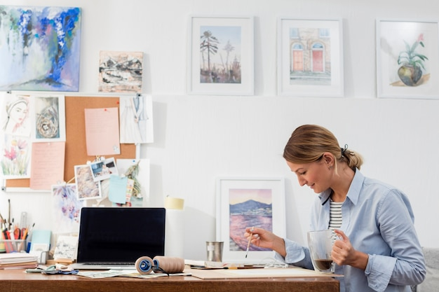 創造的な女性の絵画のミディアムショット