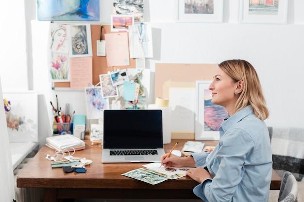 Творческий художник, сидя за столом