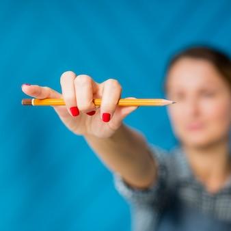 Крупным планом женщина, держащая карандаш