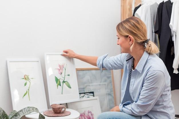 花の絵を保持している女性