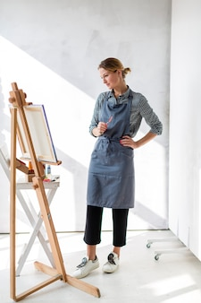 Художница смотрит на живопись
