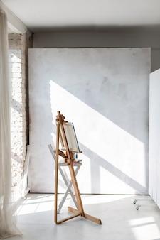 スタジオの芸術的なイーゼルとキャンバス