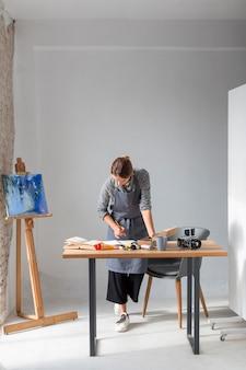 Женщина работает в студии