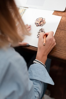 花を描くアーティストの背面図