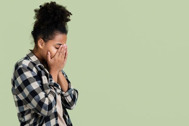 コピースペースを持つ悲しい女性の側面図