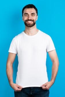 Вид спереди человека в простой футболке