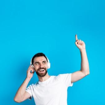 音楽を聞いている男性の笑みを浮かべてください。