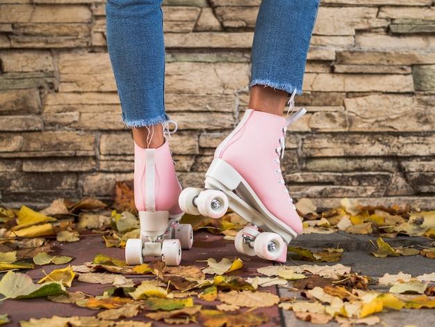 ジーンズと葉の女性とローラースケート