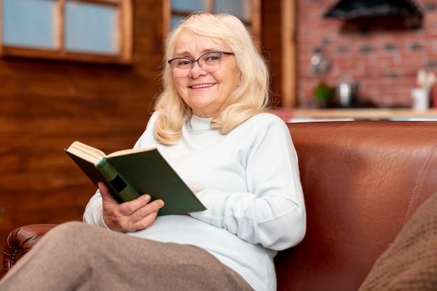 低角度の年配の女性の読書