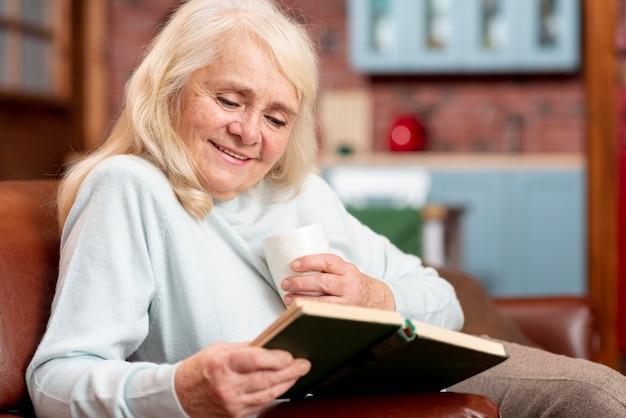 低角度の年配の女性が自宅で講義