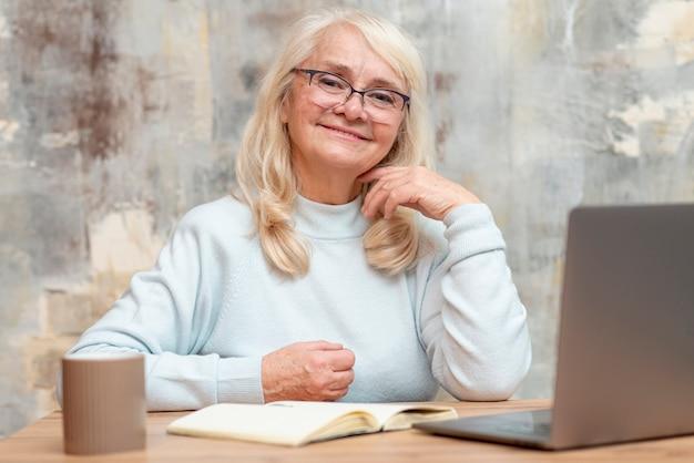 低角度の年配の女性が自宅で