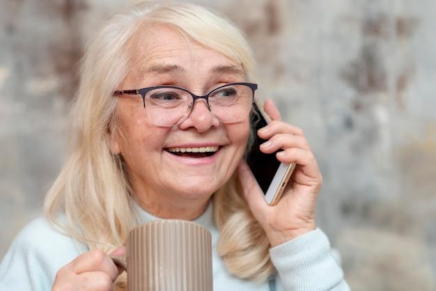 電話で話している正面高齢女性