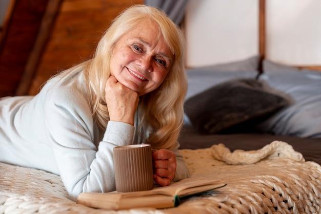 高角度の年配の女性がベッドに横たわった