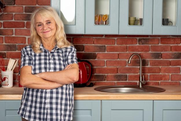 キッチンで正面の年配の女性