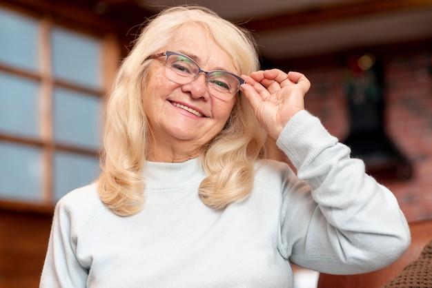 Смайлик старший надевает очки