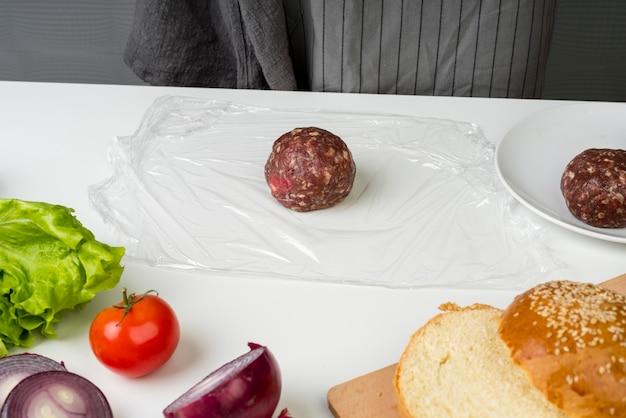 Вкусный мясной шарик для гамбургеров