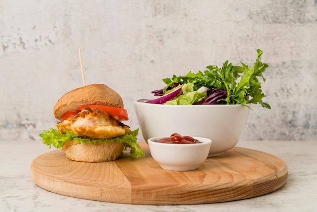 Бургер с салатом и кетчупом