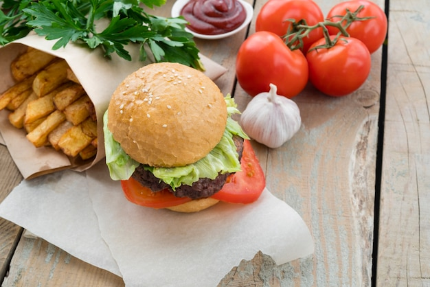 ハンバーガーのおいしいフライドポテトとトマト