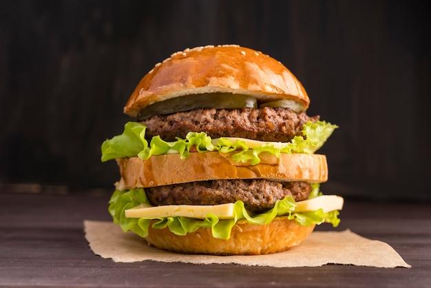 木製の壁の前に正面ハンバーガー