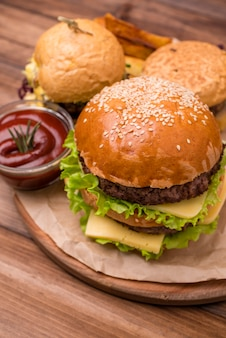 Крупный гамбургер с кетчупом