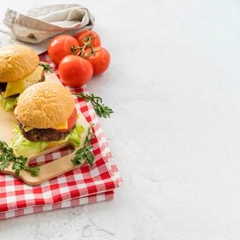 Гамбургеры и помидоры с копией пространства