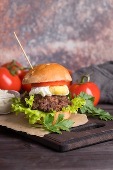 Вкусный бургер с помидорами и салатом