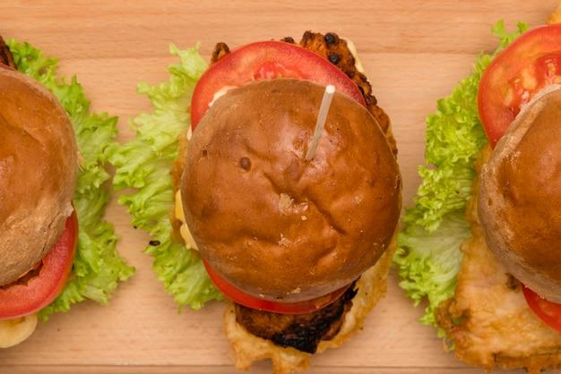 テーブルの上のトップビューおいしいハンバーガー