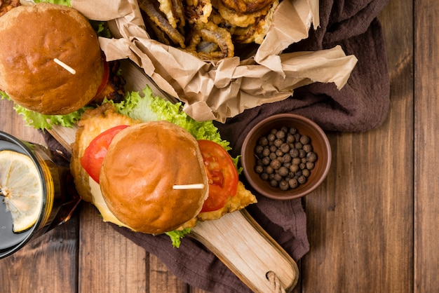 Вид сверху гамбургеры на деревянный стол