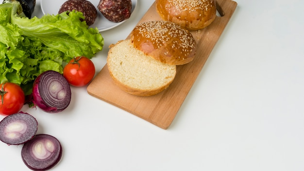 白いテーブルにおいしいハンバーガーの材料