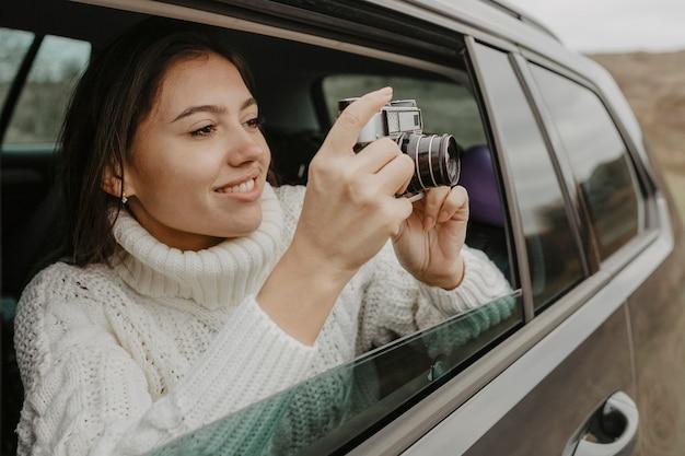 かわいい女性が写真を撮る