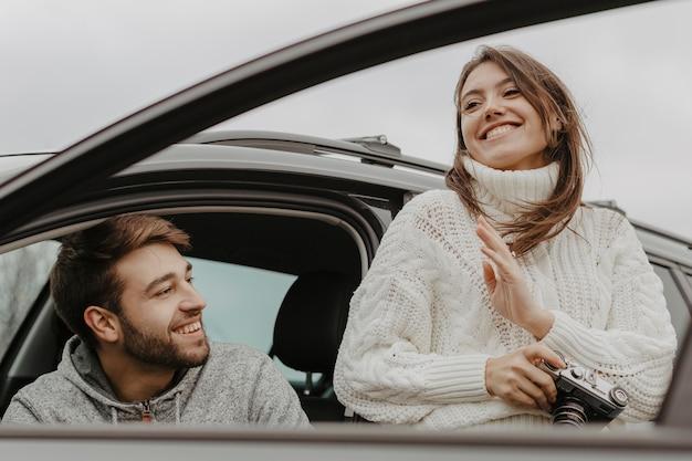 幸せな男と女のミディアムショット