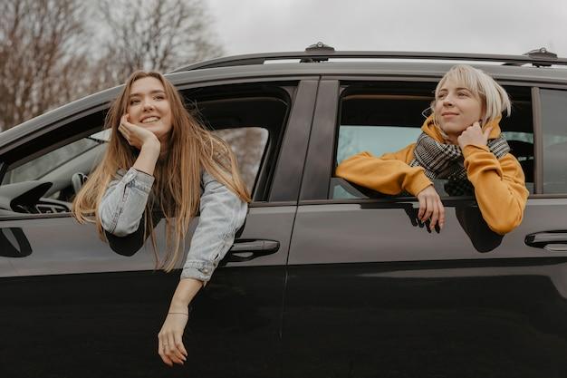 車の窓からリラックスした女性