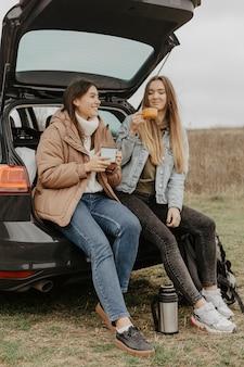 チャットとお茶を飲む低角度の女性