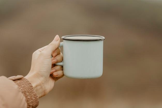 休憩のための熱いお茶とフロントビューカップ