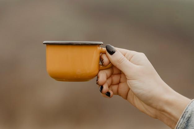 休憩のための熱いお茶と正面マグカップ