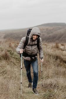 登山装備のスマイリーの若い男