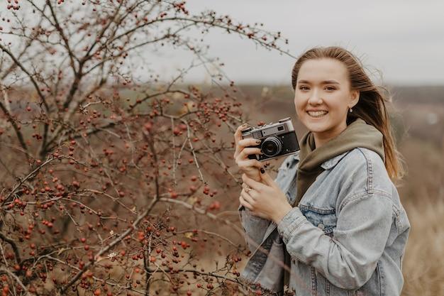 自然の写真を撮る若い女性