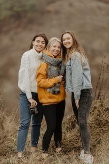 冬の旅行のガールフレンドのグループ