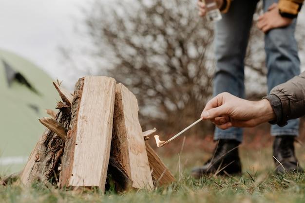 Крупным планом дрова для разогрева