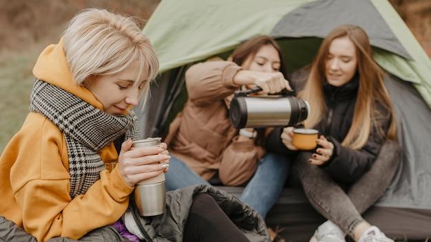 お茶を飲む旅行のガールフレンド
