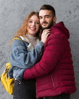 かわいい幸せなカップルのミディアムショット