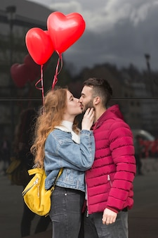 カップルがキスのミディアムショット