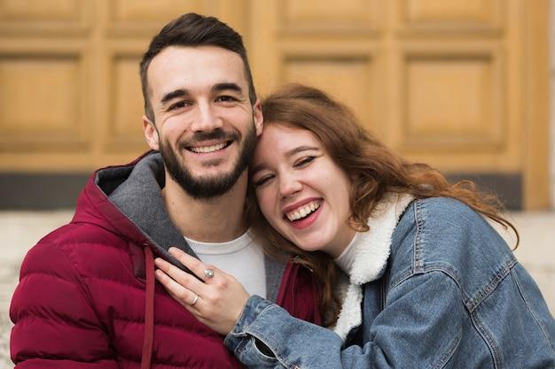 幸せなカップルのクローズアップ