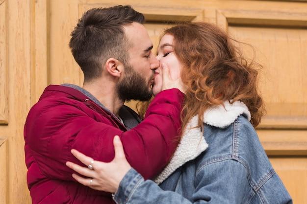 ロマンチックなカップルが屋外キス