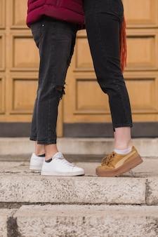 男性と女性の足を閉じる