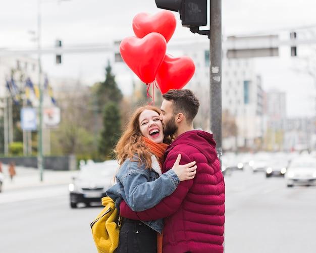 幸せなロマンチックなカップルを抱いて